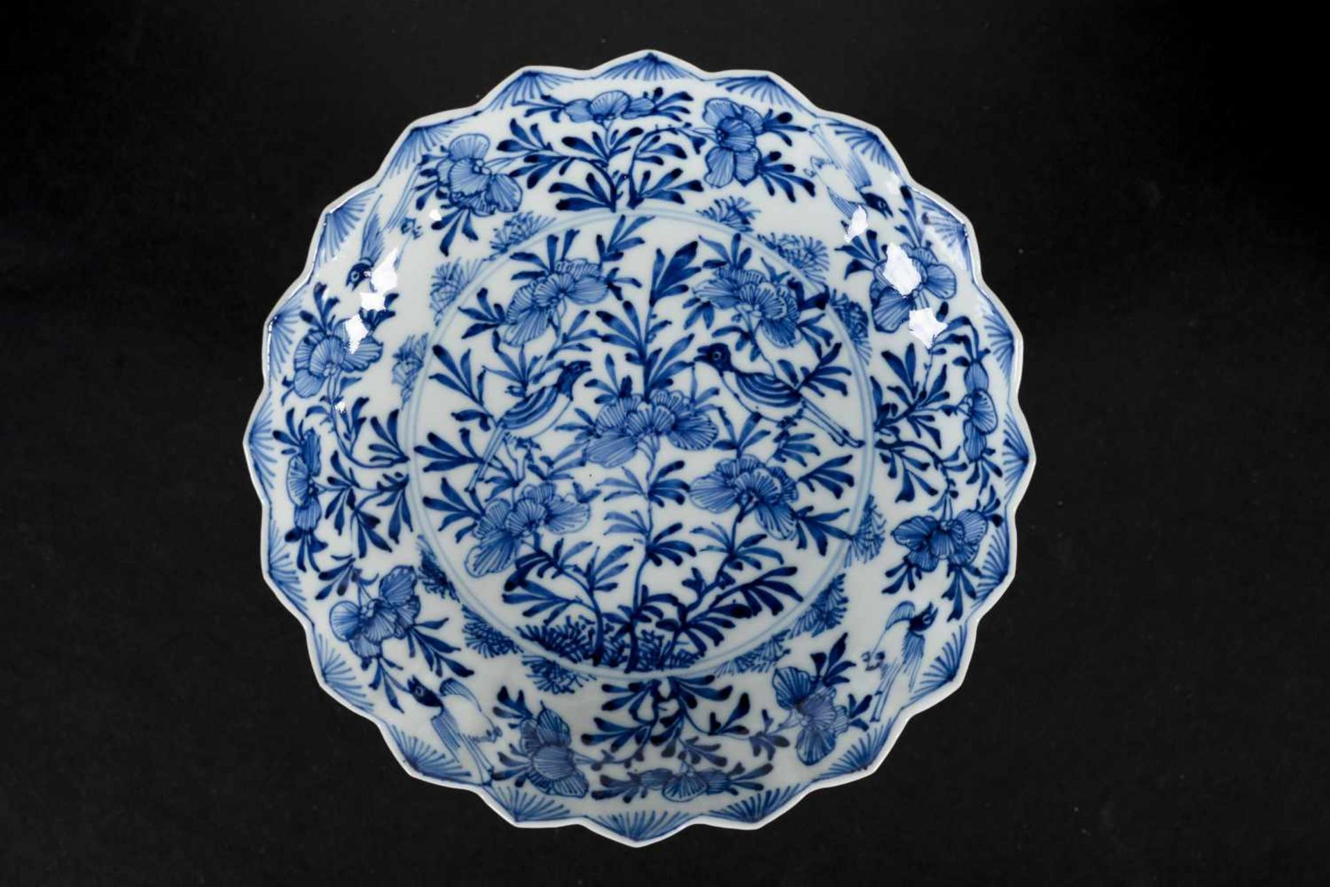 A set of six blue and white porcelain deep saucers with scalloped rim, decorated with flowers and - Bild 7 aus 8