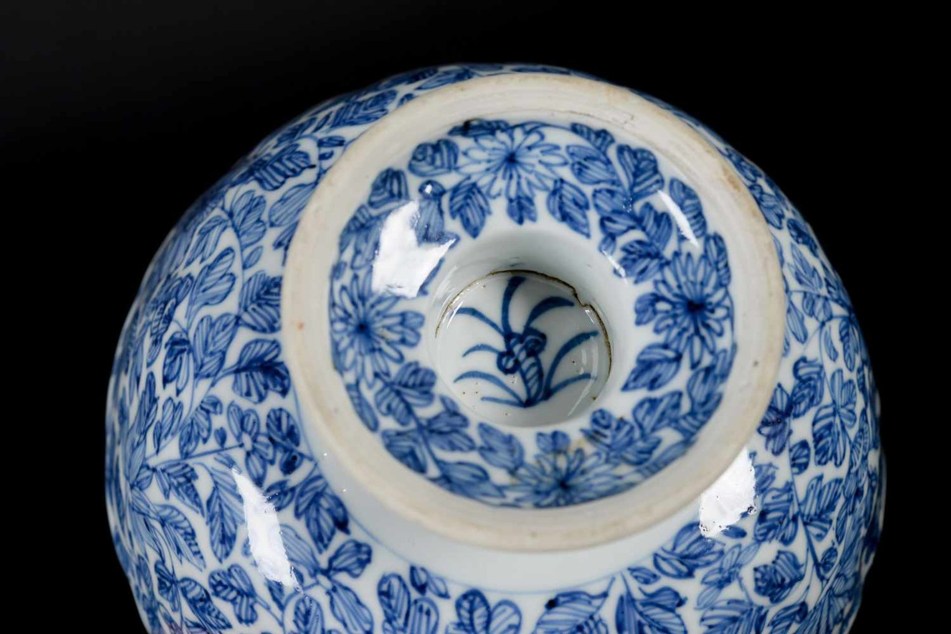 A pair of blue and white porcelain tazzas, decorated with flowers. Marked with symbol. China, - Bild 11 aus 14