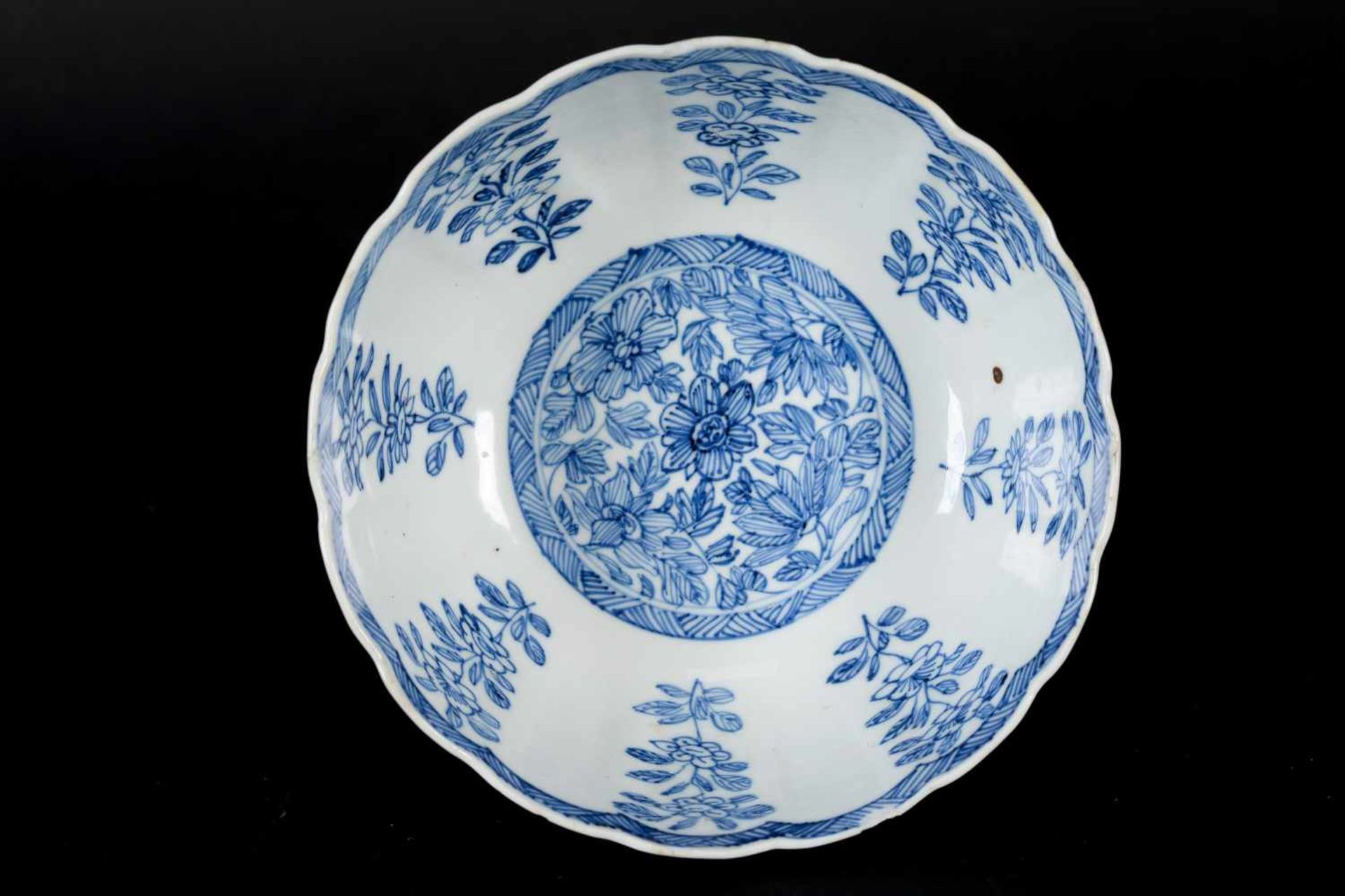 A pair of blue and white porcelain tazzas, decorated with flowers. Marked with symbol. China, - Bild 10 aus 14