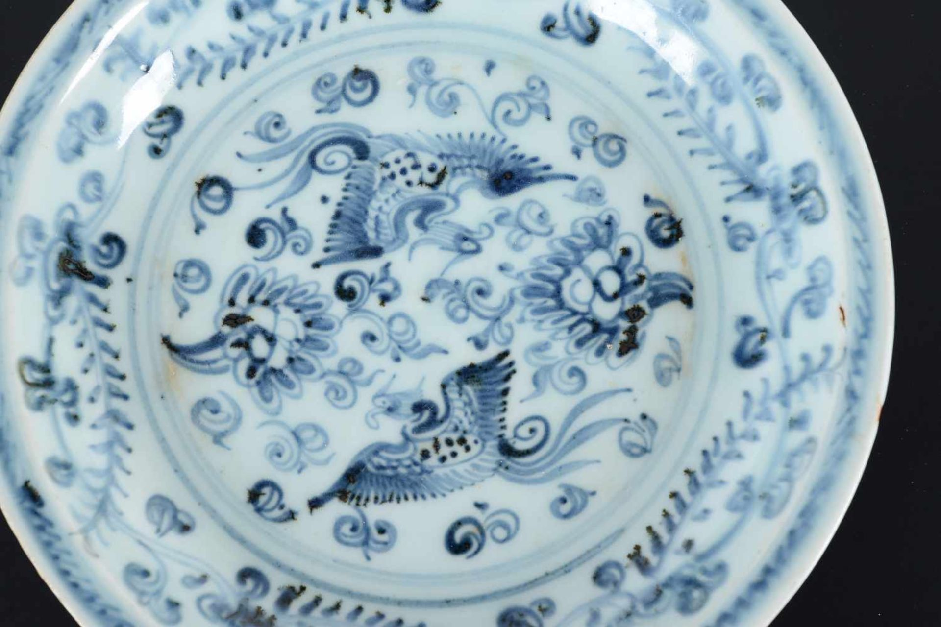 A blue and white porcelain deep dish, decorated with two phoenixes among flowering plants. Unmarked. - Bild 4 aus 5