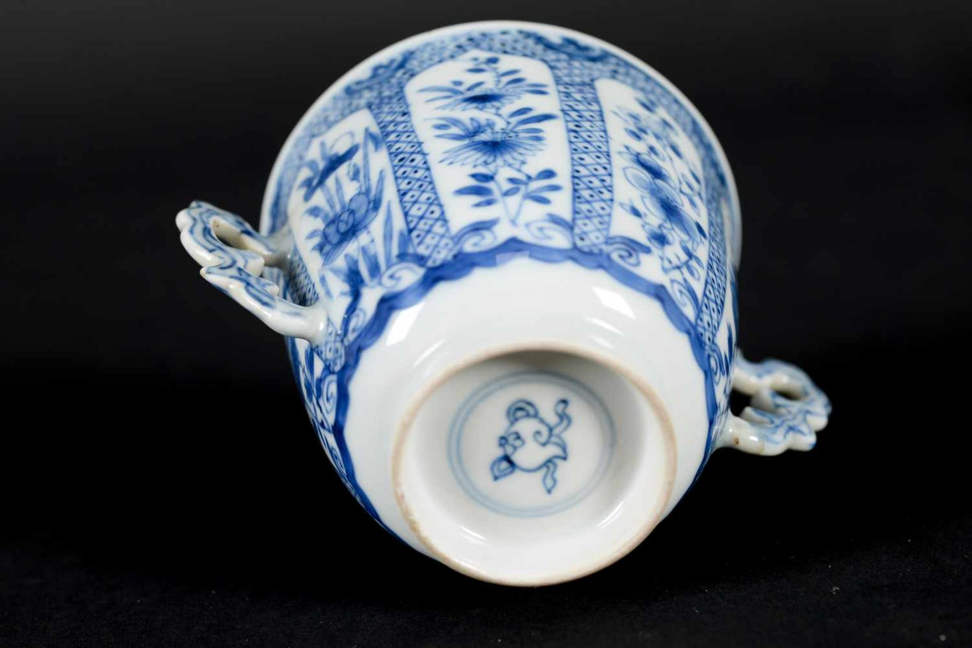 A blue and white porcelain lidded cup with two handles on a deep saucer, decorated with flowers. - Bild 9 aus 9