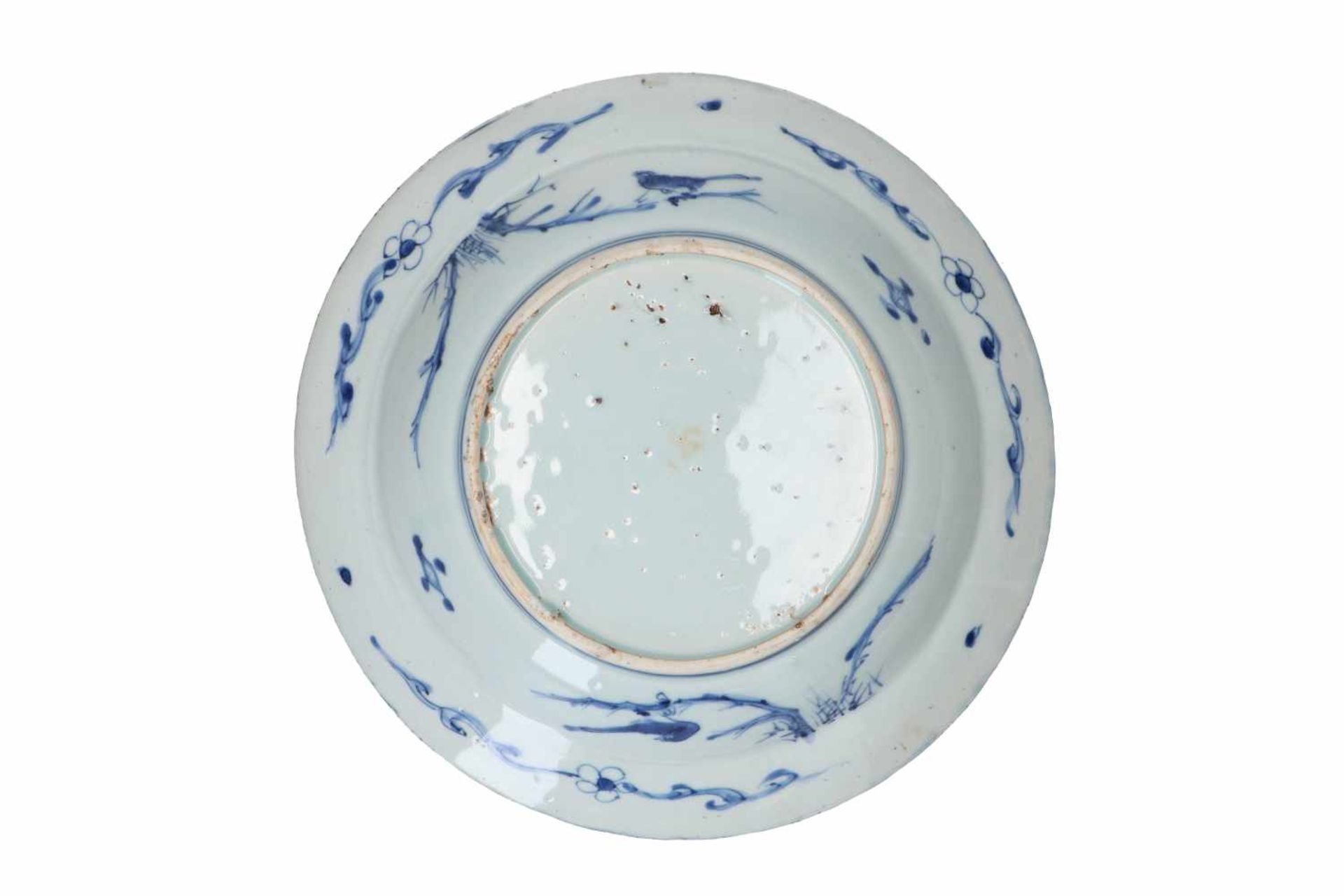 A blue and white 'kraak' porcelain deep dish, decorated with flowers, fruits and birds. Unmarked. - Bild 2 aus 2