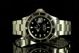GENTLEMANS ROLEX SUBMARINER, MODEL 16610 CIRCA 1995,round, black dial with illuminated hands,