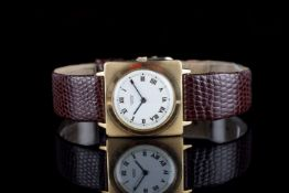 MID SIZE UNIVERSAL GENEVE 18K GOLD DRESS WATCH, circular white dial with roman numerals and gun