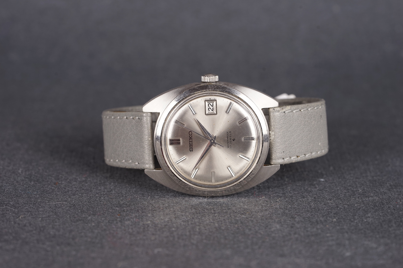 Lot 48 - GENTLEMENS SEIKO DATE WRISTWATCH REF. 6602-8040, circular silver dial with silver hour markers and