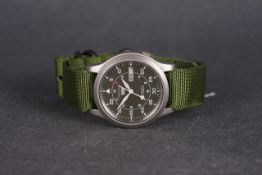 GENTLEMENS SEIKO 5 AUTOMATIC WRISTWATCH REF. 7S26 02J0, circular green dial with arabic numeral