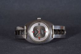 GENTLEMENS ELGIN SWISSONIC DATE WRISTWATCH, circular grey dial with red accents, hour markers and