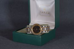 GENTLEMENS GUCCI QUARTZ DATE WRISTWATCH W/ BOX, circular black dial with gold tone hour markers