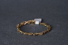 9CT GOLD CROSSOVER BRACELET, 9ct gold crossover bracelet, net weight approx 7.24g.*** Please view