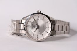 GENTLEMENS TAG HEUER CARRERA REF WV211A-0 W/BOX, circular silver dial with hour markers, date at 3