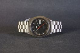 GENTLEMENS SEIKO 5 AUTOMATIC DAY DATE WRISTWATCH REF. 7S26-8760, circular black dial with silver