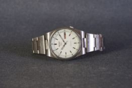 GENTLEMENS SEIKO 5 AUTOMATIC DAY DATE WRISTWATCH, circular white dial with baton hour markers and