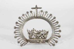 Corona colonial en plata repujada. México, siglo XVIII.Corona colonial en plata repujada. Méx
