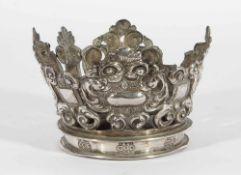 Corona colonial en plata repujada y cincelada. México o Perú, siglo XVII-XVIII.Corona colonia