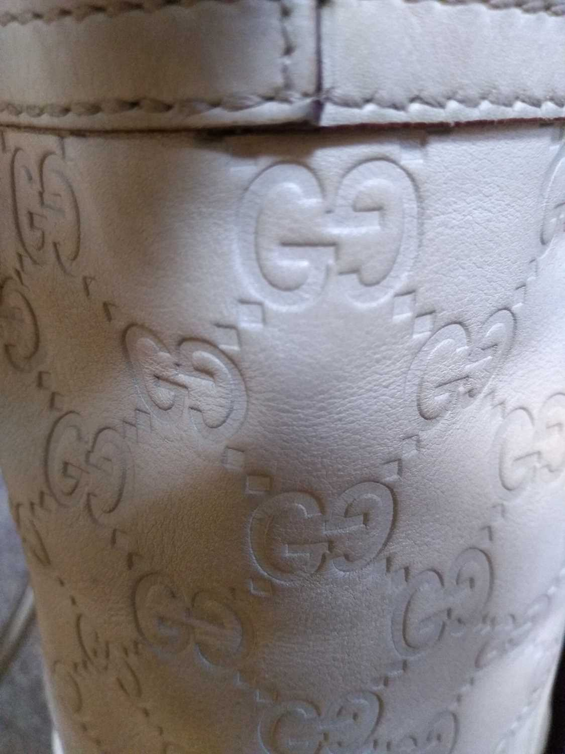 A Gucci ivory leather bucket bag - Image 3 of 7