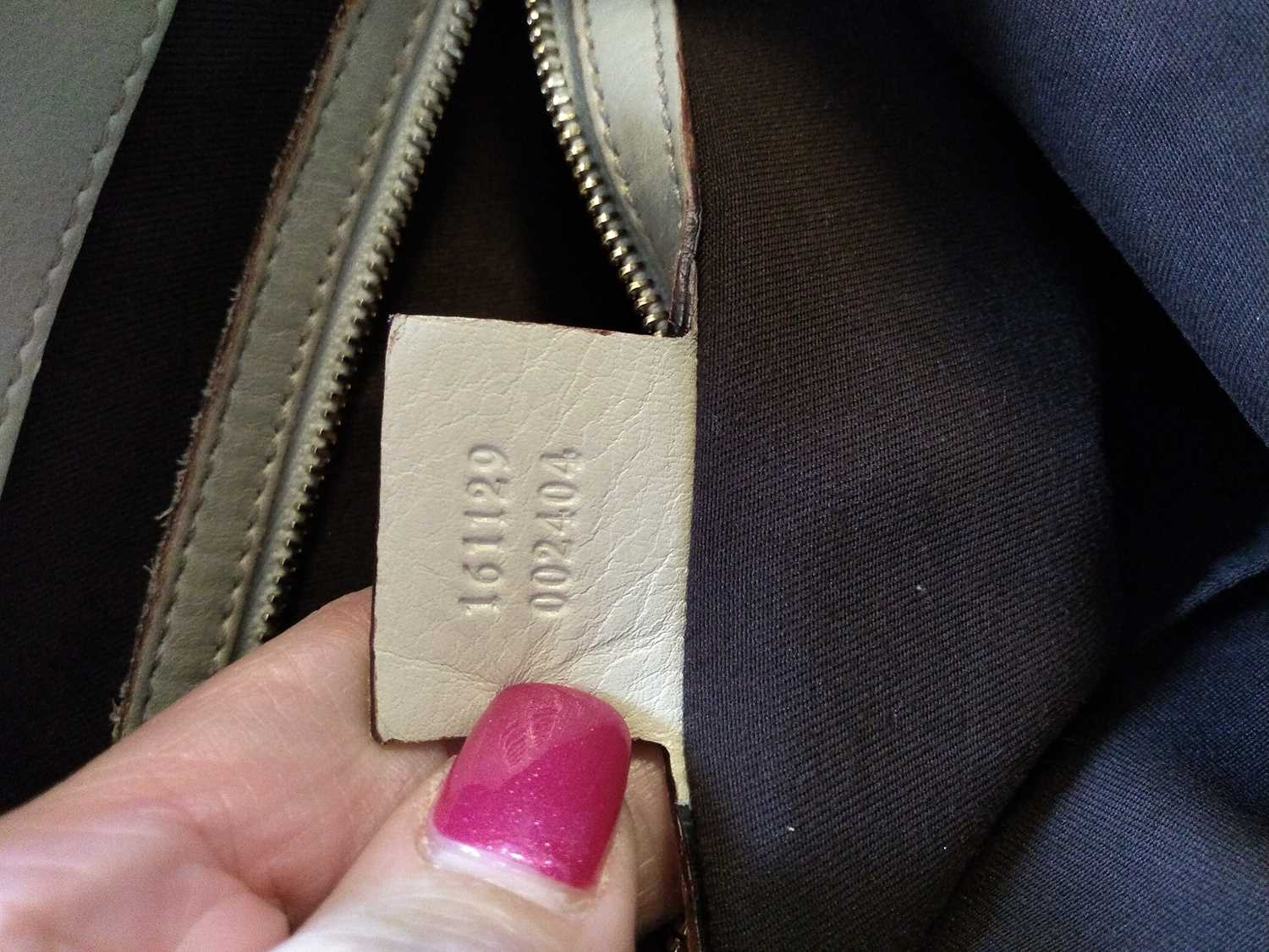 A Gucci ivory leather bucket bag - Image 5 of 7