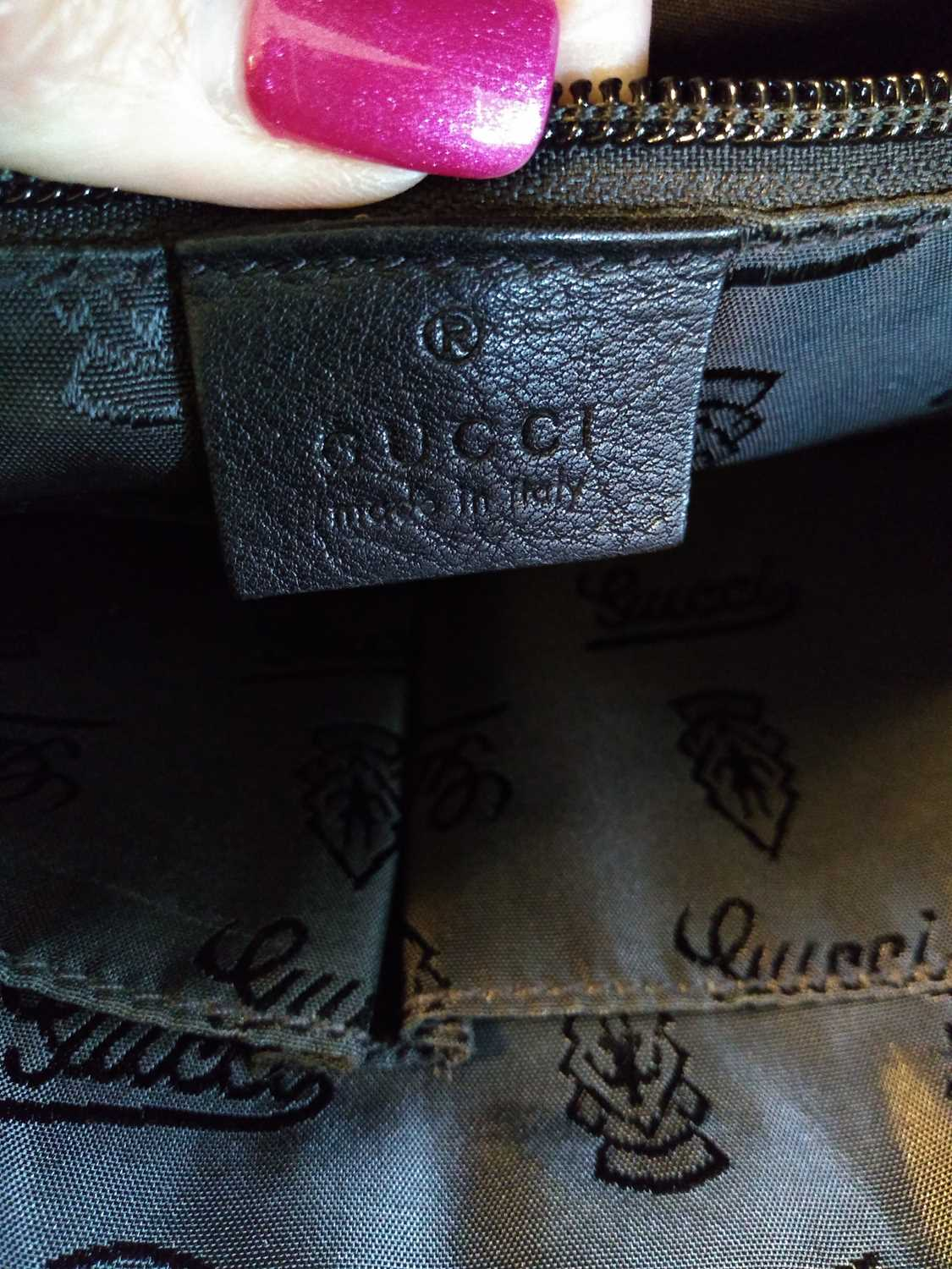 A Gucci black leather crossbody messenger bag - Image 6 of 7