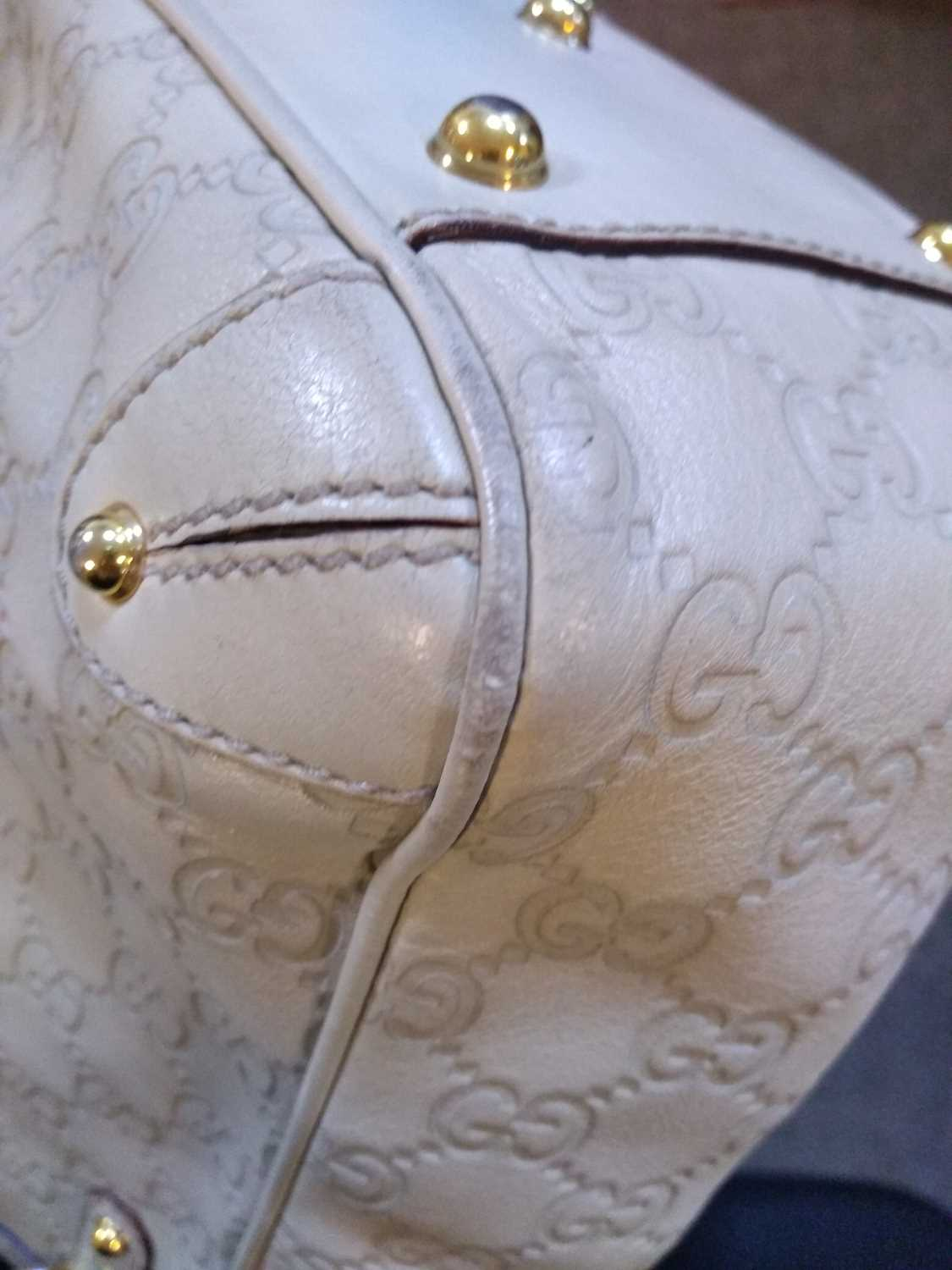 A Gucci ivory leather bucket bag - Image 4 of 7