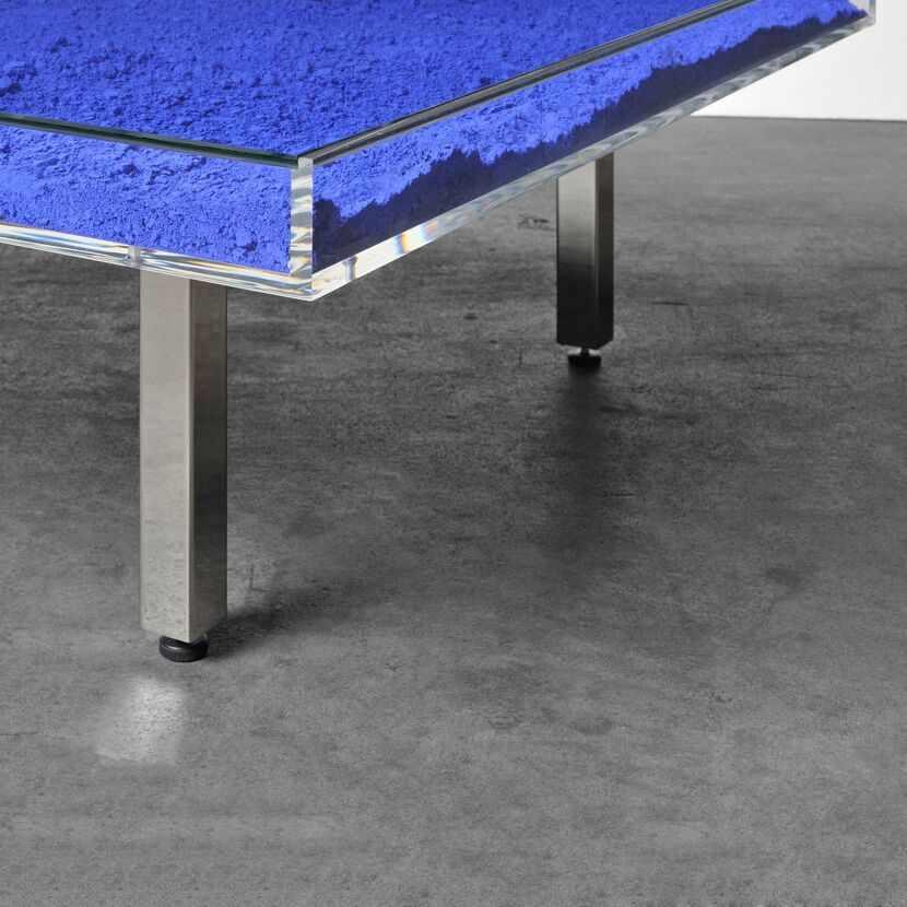 Lot 172 - Yves Klein - Table Bleue, 1961Plateau en verre et plexiglas, pigment IKB et piètement en métal