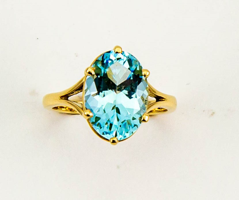 Lot 2 - An 18ct yellow gold and aquamarine solitaire cocktail ring, the oval cut aquamarine approx 5.5cts,