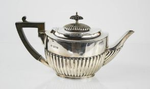 A silver teapot, London 1903, 17toz.