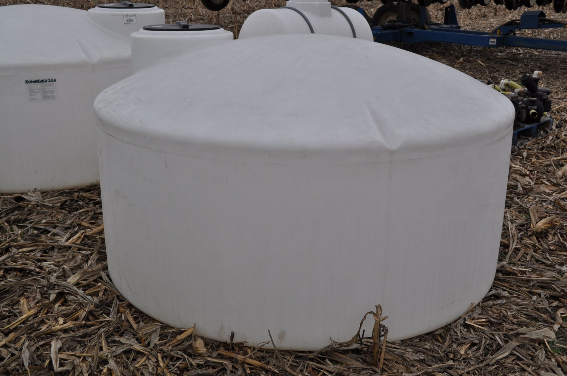 1100 gallon flat bottom poly tank - Image 3 of 4