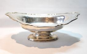 Silver fruit bowl of boat shape with waved, moulded edge, Sheffield 1907, 16oz.