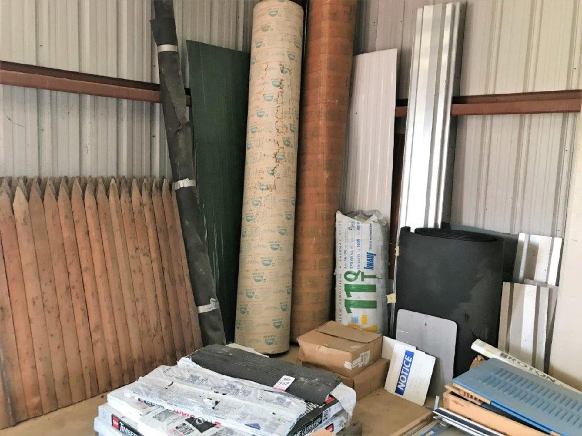 Lot 722 - LOT - ASSORTED BUILDING MATERIALS AND TOOLS TO INCLUDE SHINGLES, ALUMINUM SIDING, WOOD FENCE,