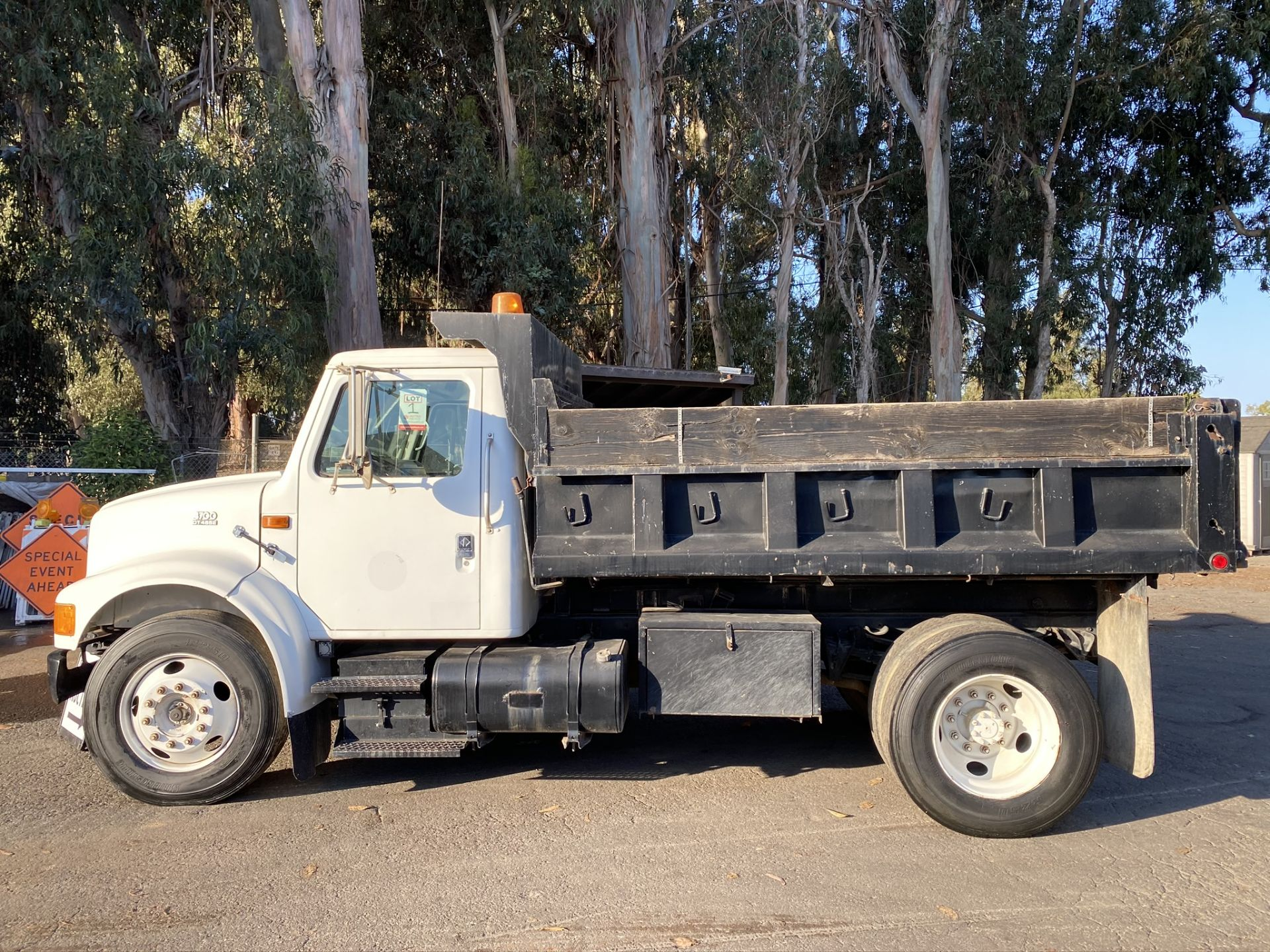 1999 INTERNATIONAL 4700 MODEL DT466E DUMP TRUCK, ODOMETER 231,465 MILES, VIN: 1HTSCAAM4XH687456 - Image 2 of 13