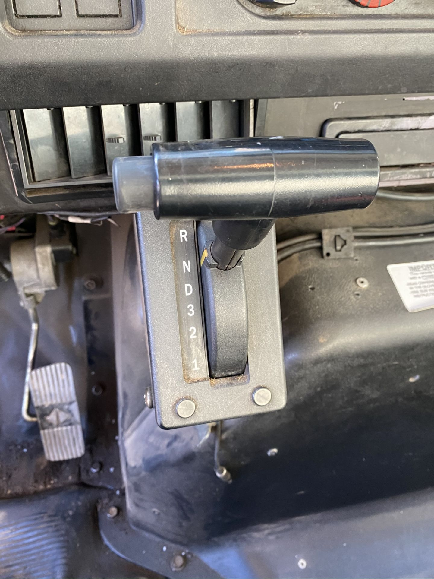 1999 INTERNATIONAL 4700 MODEL DT466E DUMP TRUCK, ODOMETER 231,465 MILES, VIN: 1HTSCAAM4XH687456 - Image 9 of 13