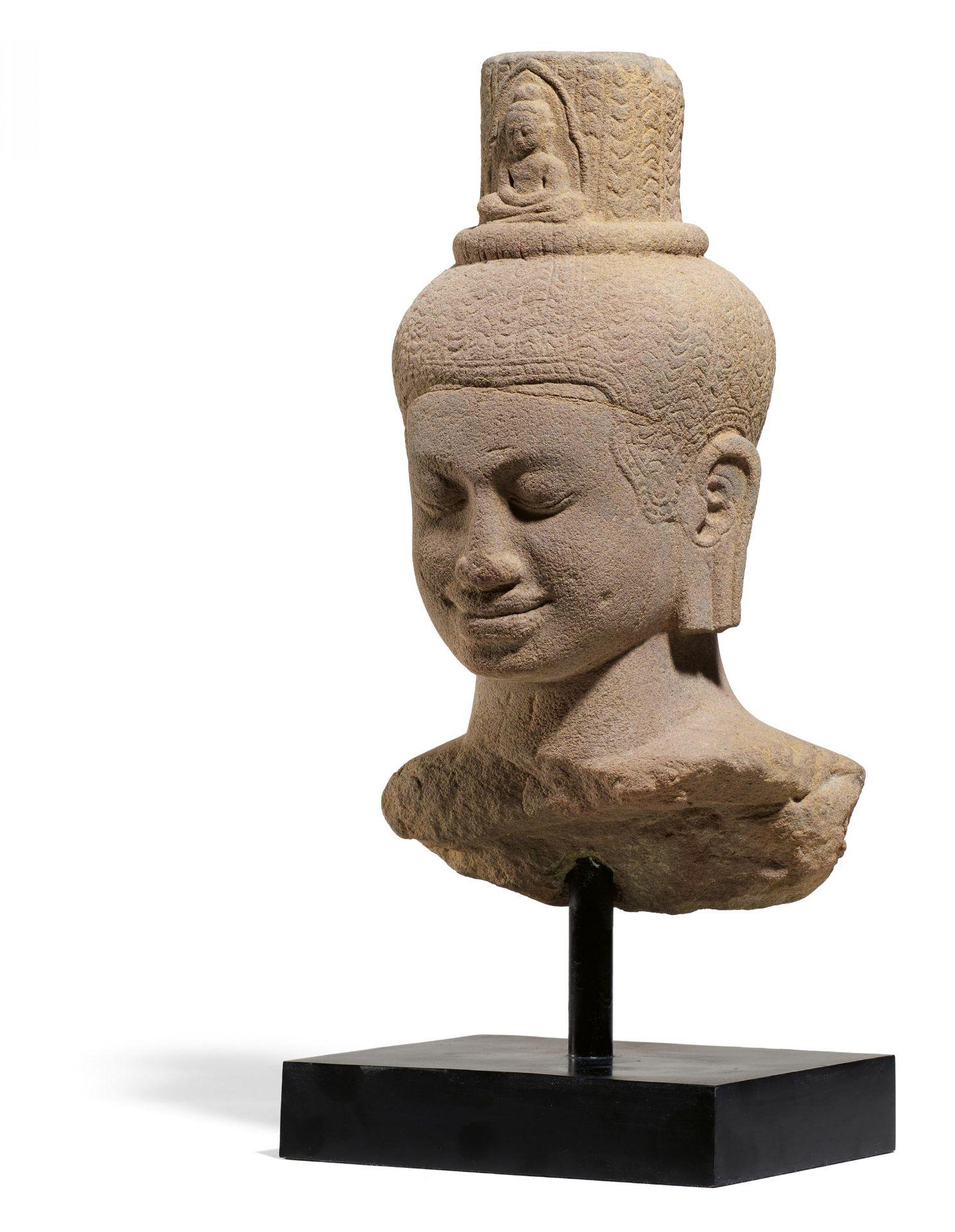 Los 56 - IMPORTANT BUST OF THE BODHISATTVA AVALOKITESHVARA. Origin: Khmer. Date: Late 12th c. Technique: