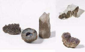 ZWEI QUARZE, EIN AMETHYST, EIN ACHAT UND EIN GROßES MARIENGLAS. Technik: Kristall-Kluster und