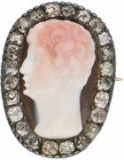 Zilveren cameé broche, ca. 1.20 ct. diamant en agaat - 835/1000. 24 Old mine cut geslepen diamanten (24x ca. 0.05 ct.). Zuiverheid: SI, kleur: L-M. LxB: 2,7 x 2 cm. Gewicht: 9,2 gram. | Veilinghuis de Ruiter