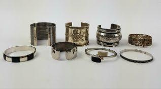 (Sieraden) Armbanden, 20e eeuwAcht armbanden waaronder 2 zilveren, 20e eeuw. Conditie: Goed.