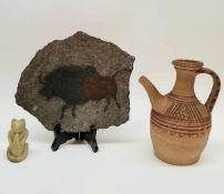 (Curiosa) Kan, beeld en plaquetteDivers lot met aardewerk kan, spekstenen beeld van een beer en