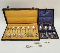 (Zilver) Zilveren theelepelsEen set van twaalf zilveren theelepels in doos, een set van zes zilveren