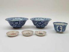 (Aziatica) Kommen en schotels, China/Japan, 19e eeuwKommen en schotels, China/Japan, 19e eeuw. Kom