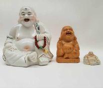 (Curiosa) Boeddha'sTwee porseleinen boeddha's en een houten boeddha. Conditie: In goede staat.