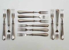 (Zilver) GebaksvorkjesTwaalf zilveren gebaksvorkjes (handvat zilver). Conditie: Goed. Afmetingen: