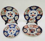 (Aziatica) Drie Imari borden en een schaal - Japan - 19e eeuw