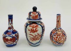 (Aziatica) Twee Imari vaasjes en deksel pot - Japan - 19e eeuw