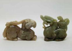 (Aziatica) Twee hardstenen beeldjes, griffioen - China - tweede helft 20e eeuw