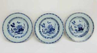 (Aziatica) Drie blauw witte borden met een decor sprinkhaan in een tuin -China- 18e eeuw (