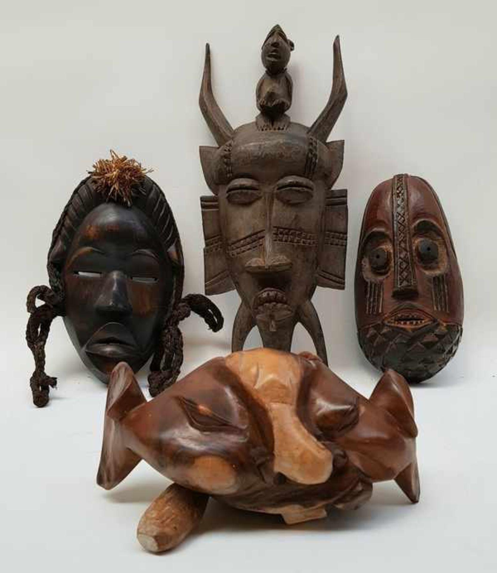 Los 154 - (Etnografica) Divers lot maskers en gong