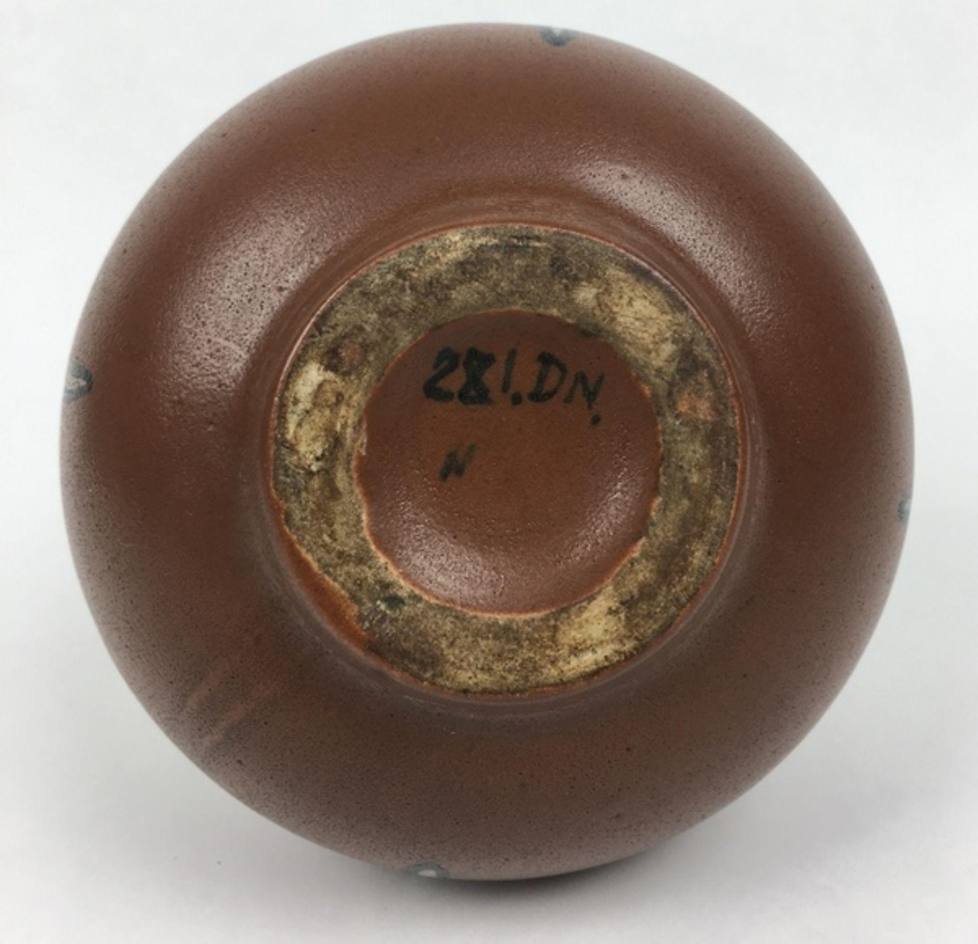(Toegpaste kunst) Aardewerk vaas, Nienhuis De Distel AmsterdamGeglazuurde aardewerk vaas, gemaa - Image 4 of 5