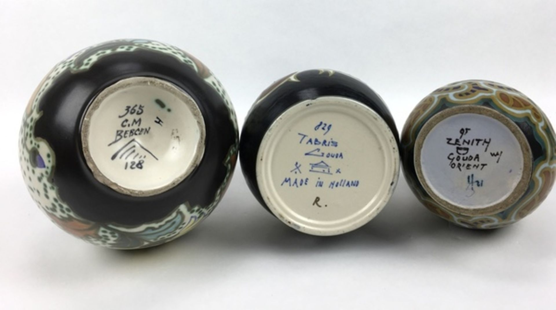 (Toegpaste kunst) Plateel vazen, La Céramique Montoise en Gouda Zuid-HollandDrie verschillende - Image 4 of 13