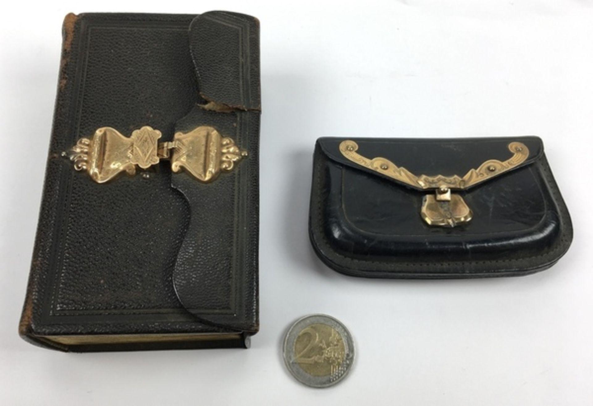 (Antiek) Bijbel en portemonnee met gouden slotenBijbel met leren kaft en gouden slot uit 1884, - Image 2 of 8