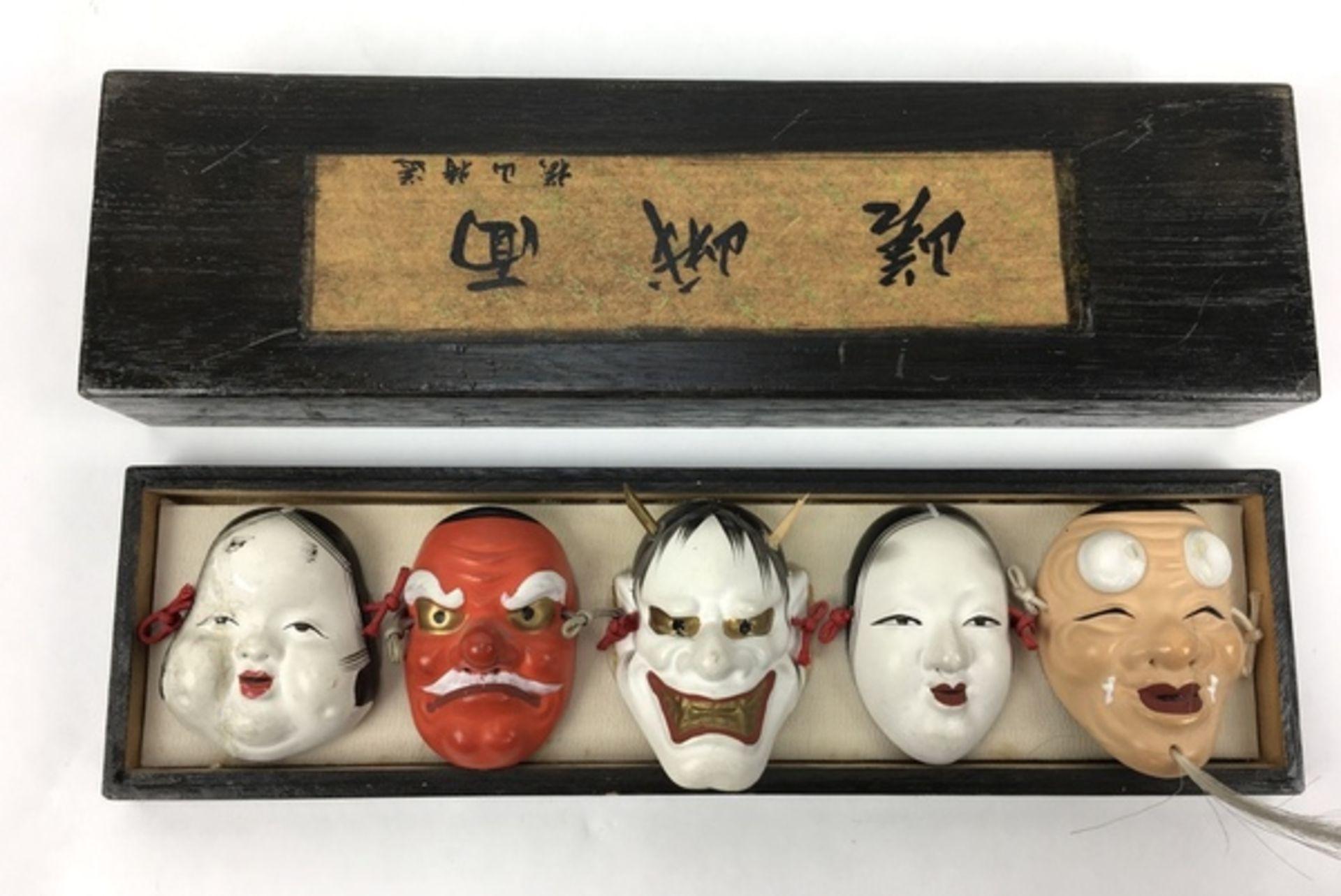 (Curiosa) Divers lotDivers lot met een Russisch lakdoosje en vier Japanse maskers in een doosje - Bild 5 aus 6