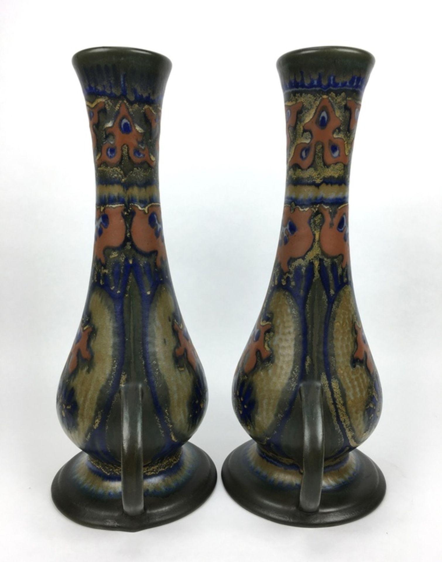 (Toegpaste kunst) Amfora vazen, Plateelbakkerij Zuid-HollandEen paar amfora vazen, Plateelbakke - Image 3 of 8
