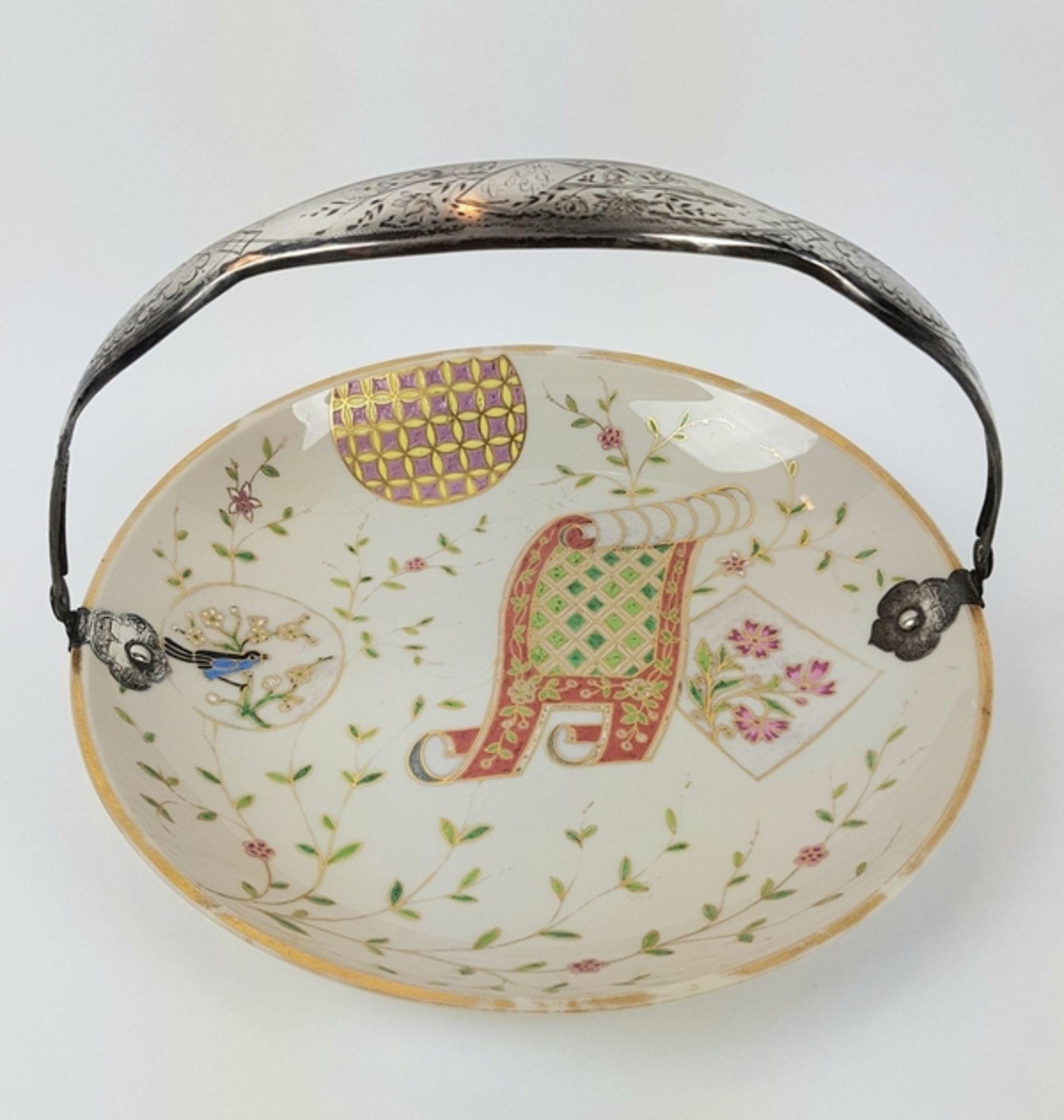 (Antiek) Serveerschaal met zilveren hengselBeschilderde opaline schaal met zilveren hengsel, ci
